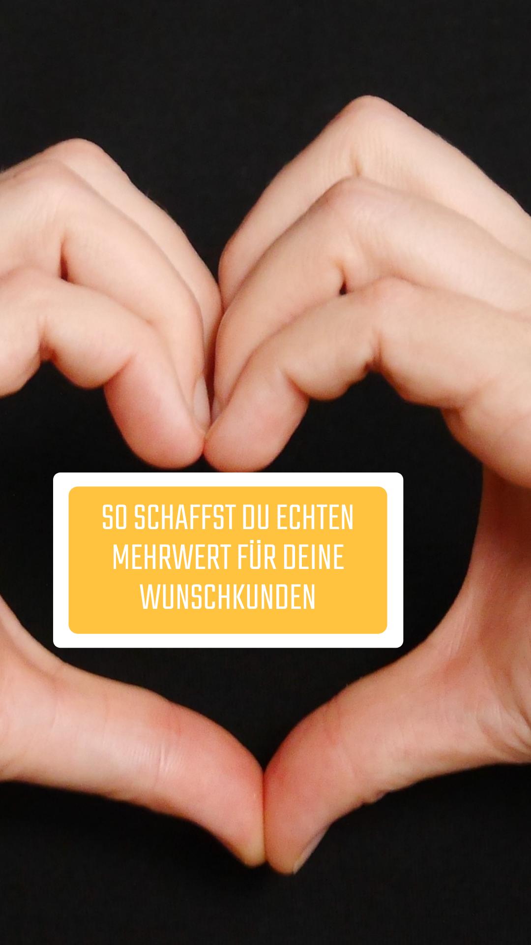 Hände, die ein Herz bilden mit Text: So schaffst Du echten Mehrwert für Deine Wunschkunden